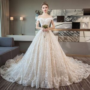 Une mariée dans une robe champagne
